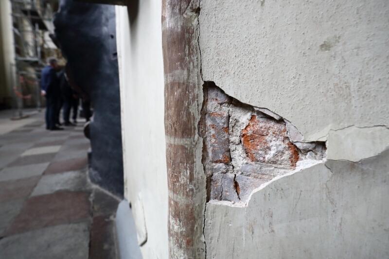 W październiku 2018 r. na sklepieniu nawy bocznej oraz u podstawy filarów pojawiły się niepokojące spękania. Przestały się już powiększać, ale Kościół Św. Mikołaja jest zamknięty, z obawy przed grożącą mu katastrofą budowlaną.