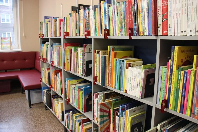 Podczas remontu wymieniono m.in. regały biblioteczne...