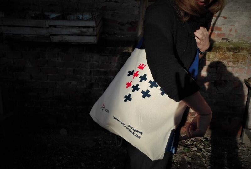 Muzealna torba oczywiście również zawiera dwukolorowe `krzyżówe` logo