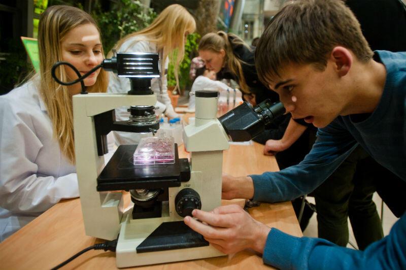 Noc Biologów to możliwość poznania świata, dzięki doświadczeniu i nauce