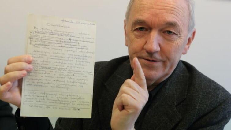 Wojciech Charkin z brudnopisem oświadczenia dziennikarzy sierpnia '80, w których ci krytykowali sposób informowania opinii publicznej o strajkach przez władzę