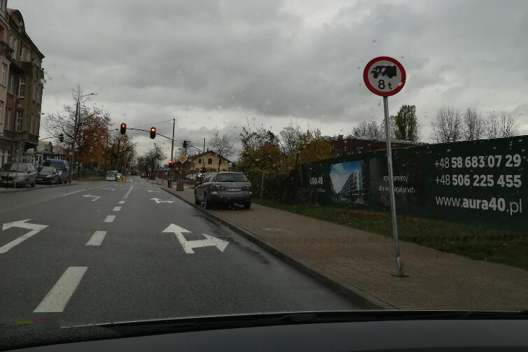 Takie same znaki zakazu wjazdu pojazdów powyżej 8 ton ustawione są w nielicznych punktach Gdańska - m.in. na ul. Wałowej.