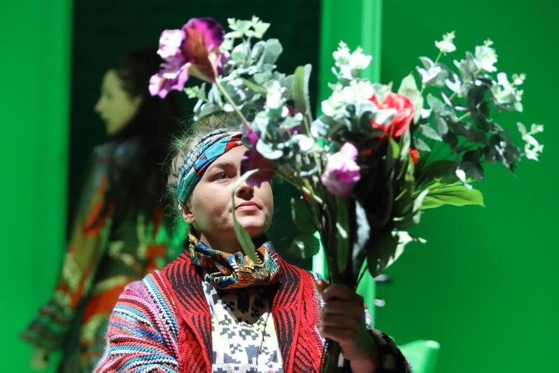 Babcia, w tej roli Agata Bykowska - tej postaci narratorka poświęca najwięcej uwagi