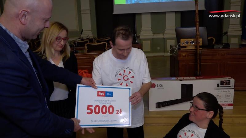 2019 groszy za 5 kilogramów szkła - taka jest zasada konkursu. Zakład Utylizacyjny w Gdańsku zawsze jednak daje coś od siebie  i tym sposobem na cele charytatywne przekazano w tym roku czek na 5 tys. zł
