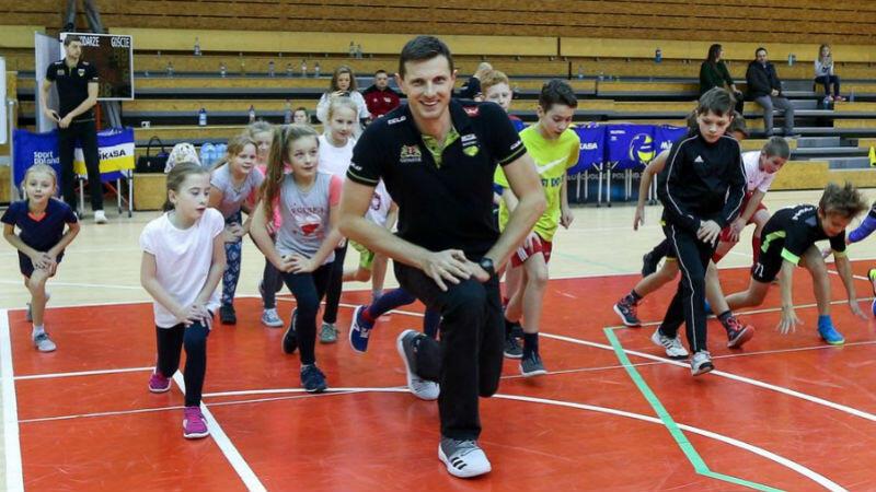 Wojciech Grzyb z dziećmi podczas lekcji WF w ramach projektu Siatkarz z klasą