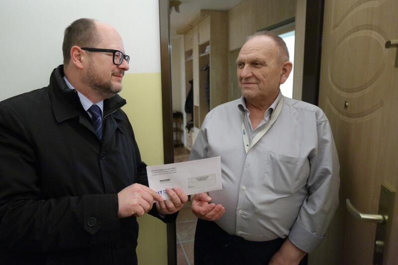 130 gdańskich urzędników dostarczy gdańszczanom w najbliższych dniach 130 tys. decyzji podatkowych. Akcję tradycyjnie już wspiera prezydenta Paweł Adamowicz - tak było na Chełmie w 2017 roku