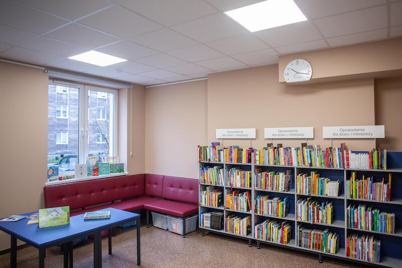 W tym pomieszczeniu zajęcie znajdą zarówno dzieci w wieku przedszkolnym, jak i nieco starsze. W drugiej części sali odbywać się spotkania z autorami książek