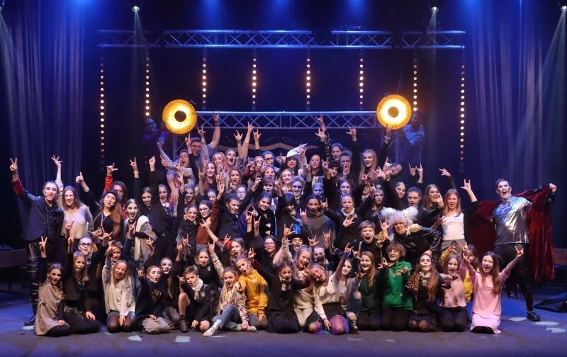 Spektakl Hejt School Musical  to kolejne, m.in. po  Wikingach  spektakularne przedsięwzięcie Teatru Komedii Valldal.