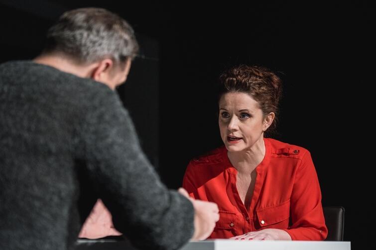 Katarzyna Kaźmierczak w roli Agaty - matki, która za wszelką cenę stara się ochronić syna, nawet kosztem jego bycia sobą