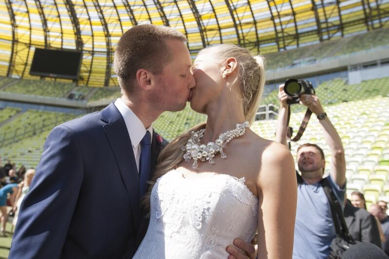 Pierwszy w historii ślub na stadionie PGE Arena (dzisiejsza nazwa to Stadion Energa Gdańsk) zawarli Inga Szwarc i Konrad Dmoch. Było to w 2013 roku