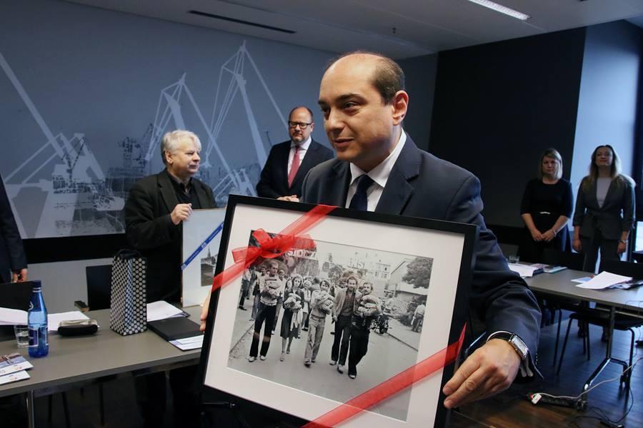 Dyrektor ECS Basil Kerski ze zdjęciem autorstwa Bogusława Nieznalskiego, który sfotografował osoby niosące chleb w sierpniu 1980 r. Jest na nim Bogdan Borusewicz