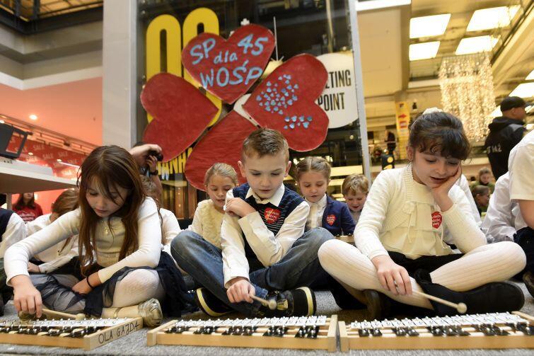Centrum Handlowe Manhattan. Występ zespołu uczniów grających na cymbałkach