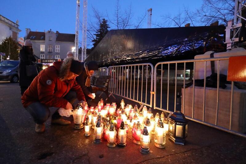Mieszkańcy Gdańska zapalali znicze na Targu Węglowym