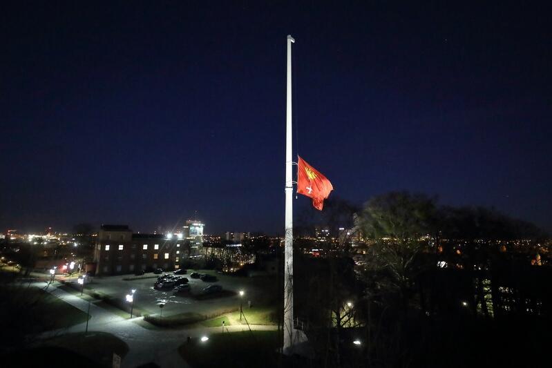 Flagi Gdańska na masztach zostały opuszczone do połowy