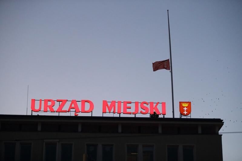 Flaga do połowy masztu na budynku Urzędu Miejskiego