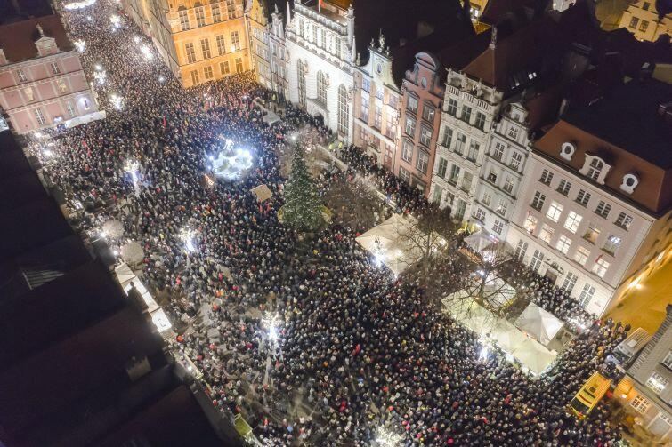 Ul. Długa i Długi Targ. Tłumy gdańszczan na wiecu przeciwko nienawiści po zabójstwie Pawła Adamowicza