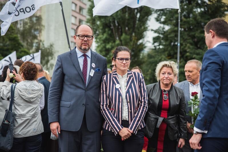 Prezydent Paweł Adamowicz i Aleksandra Dulkiewicz, pod Pomnikiem Poległych Stoczniowców, podczas ubiegłorocznych obchodów Sierpnia