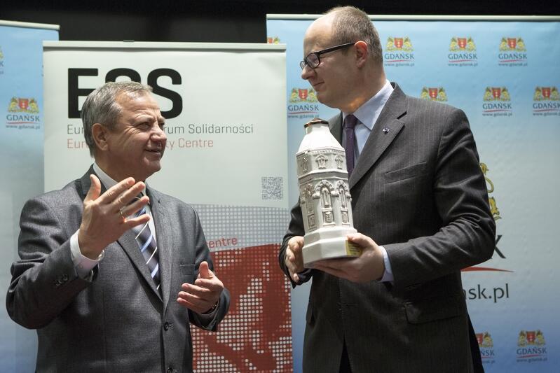 Podpisanie przez Prezydenta Gdańska Pawła Adamowicza (po prawej) i Mera Mariupola Jurija Chotłubieja (po lewej) listu intencyjnego dotyczącego współpracy między miastami. Gdańsk, Europejskie Centrum Solidarności