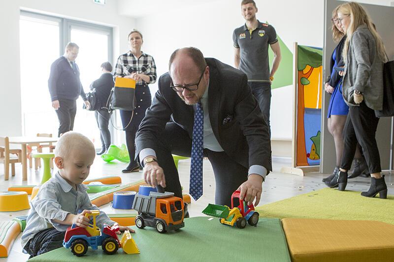 Otwarcie nowego żłobka  Skarbek  przy Kolorowej w Gdańsku. Prezydent Gdańska Paweł Adamowicz i chłopiec ze żłobka podczas wspólnej zabawy