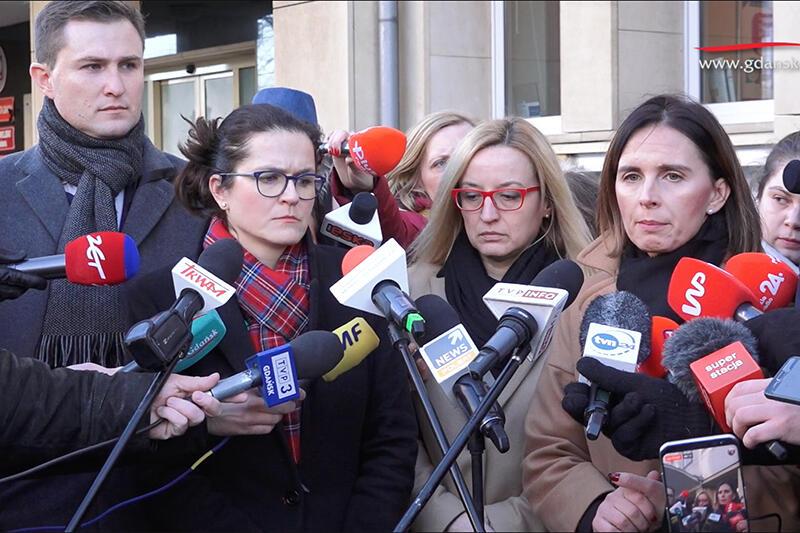 Konferencja prasowa przed Urzędem Miejskim w Gdańsku na temat żałoby po prezydencie Adamowiczu