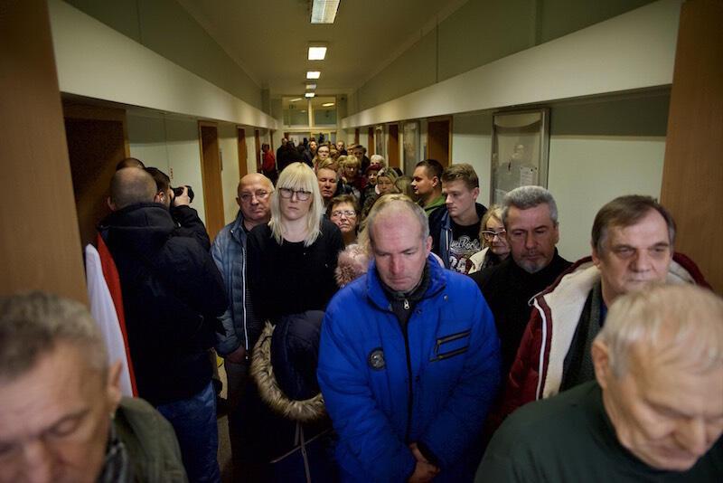 W ciągu kilkudziesięciu minut od wystawienia księgi kondolencyjnej, korytarz prowadzący do sali 107 wypełnił się ludźmi. Wszyscy w ciszy i skupieniu czekali na swą kolej, by móc właśnie w taki sposób pożegnać prezydenta Pawła Adamowicza