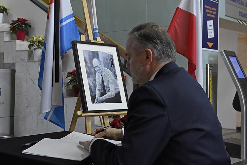 Prezydent Wojciech Szczurek wpisuje się do Księgi Kondolencyjnej w Urzędzie Miasta w Gdyni