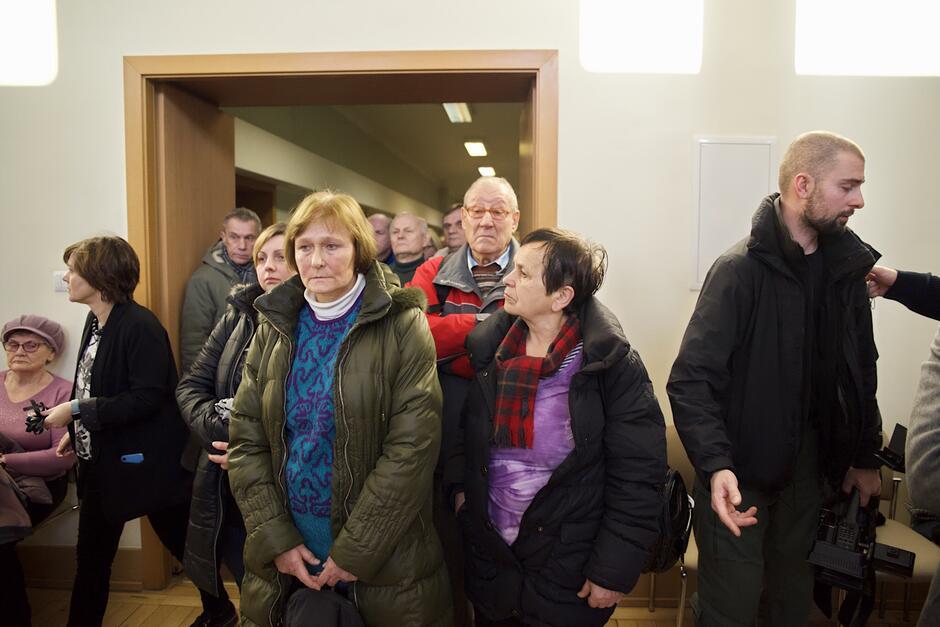 Wszyscy w ciszy i skupieniu czekali na swą kolej, by móc właśnie w taki sposób pożegnać prezydenta Pawła Adamowicza