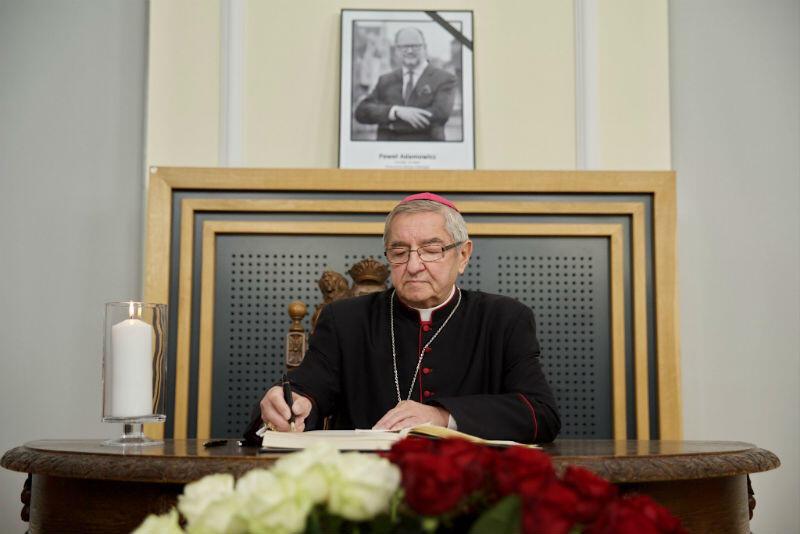 Do księgi kondolencyjnej wpisuje się abp Sławoj Leszek Głódź