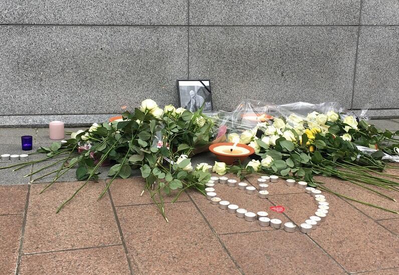 W Brukseli pomodlono się w intencji Pawła Adamowicza, złożono kwiaty i znicze pod ścianą Parlamentu Europejskiego