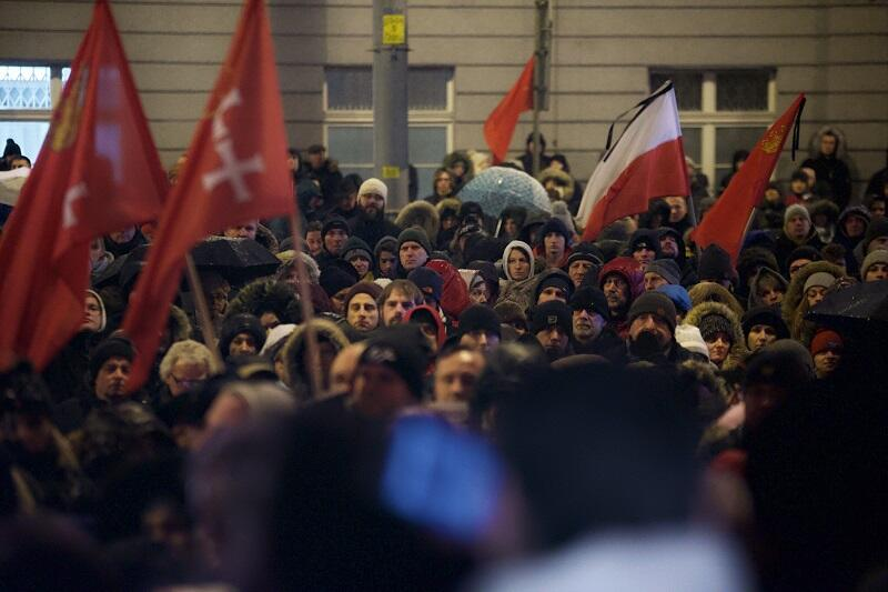 Tłumy przybyły pod Urząd Miasta w Gdańsku wieczorem 15 stycznia 2019 r.