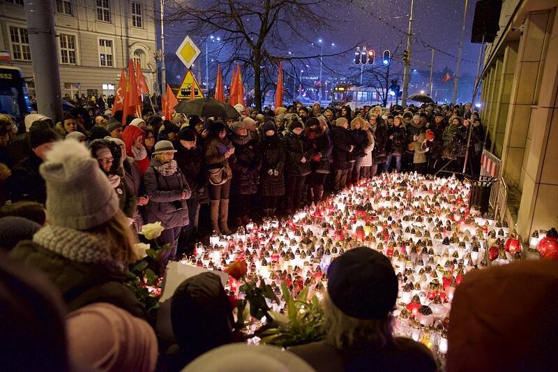Wokół głównego wejścia do gdańskiego magistratu od wczoraj palą się znicze przyniesione przez mieszkańców