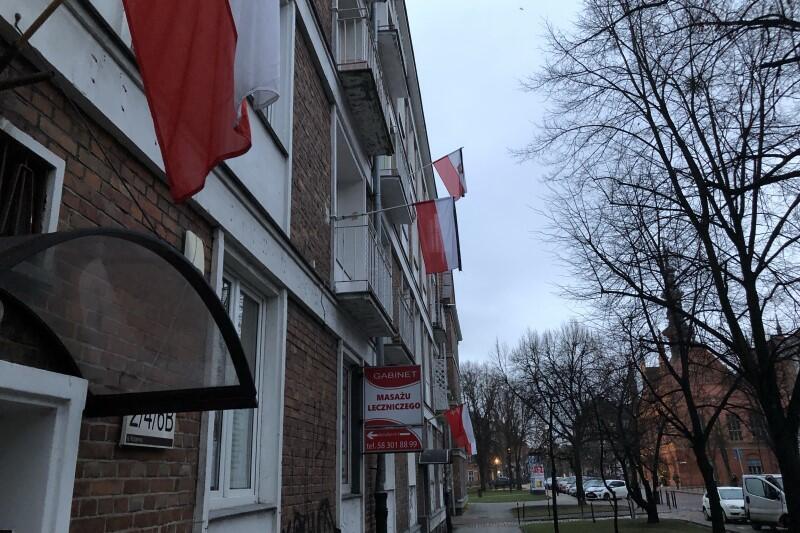Flagi na domu przy ul. Korzennej (środa rano, 11 stycznia 2018 r.)