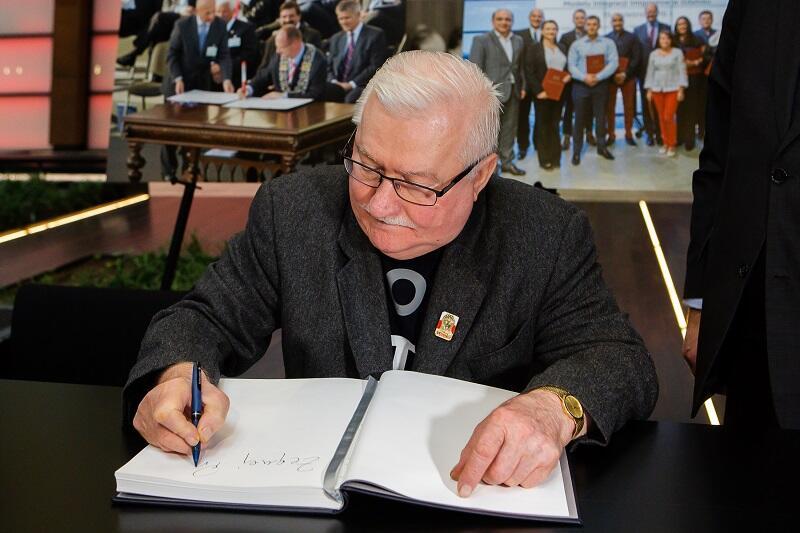 Lech Wałęsa wpisuje się do księgi kondolencyjnej wystawionej w Europejskim Centrum Solidarności ku pamięci zamordowanego prezydenta Gdańska Pawła Adamowicza