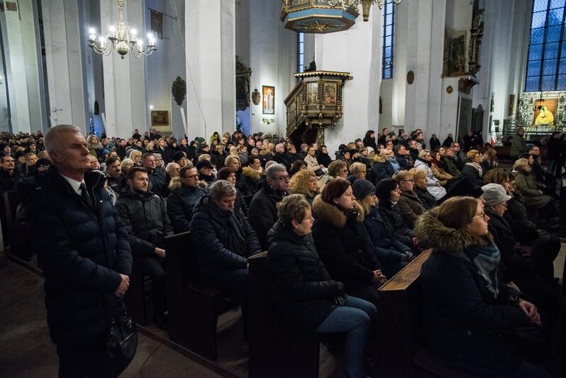 Tysiąc osób na mszy św. żałobnej za duszę prezydenta Pawła Adamowicza: pracownicy Urzędu Miejskiego w Gdańsku, radni. Wszyscy w głębokiej ciszy i skupieniu modlili się i słuchali słów ks. Ireneusza Bradtke