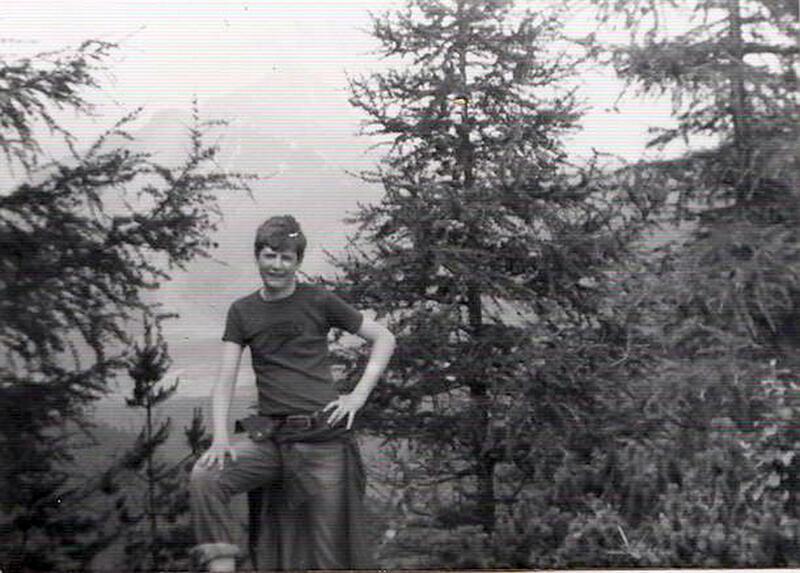 Paweł Adamowicz w młodości na wycieczce w górach