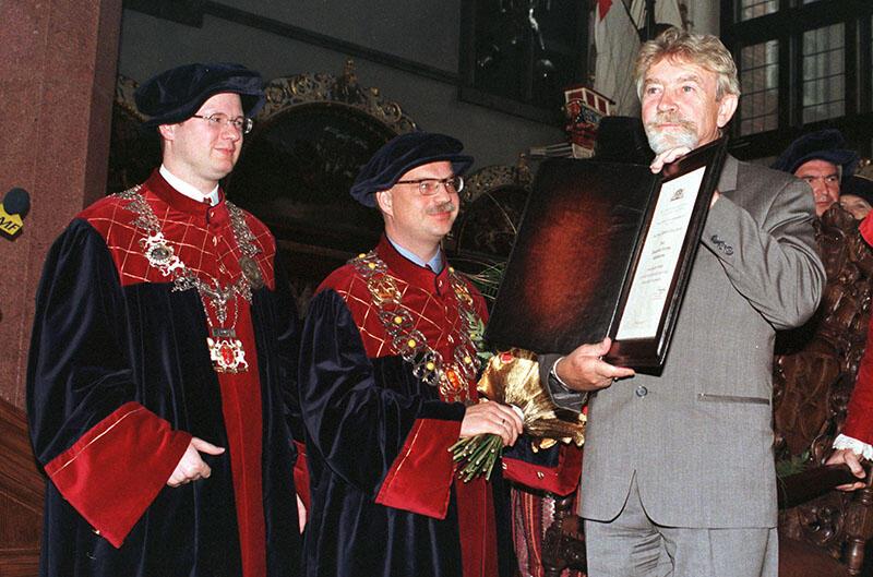 Przewodniczący Rady Miasta Paweł Adamowicz i Prezydnet Gdańska Tomasz Posadzki wręczają tytuł Honorowego Obywatela Gdańska płk. Ryszardowi Kuklińskiemu. 3 maj 1998 r.