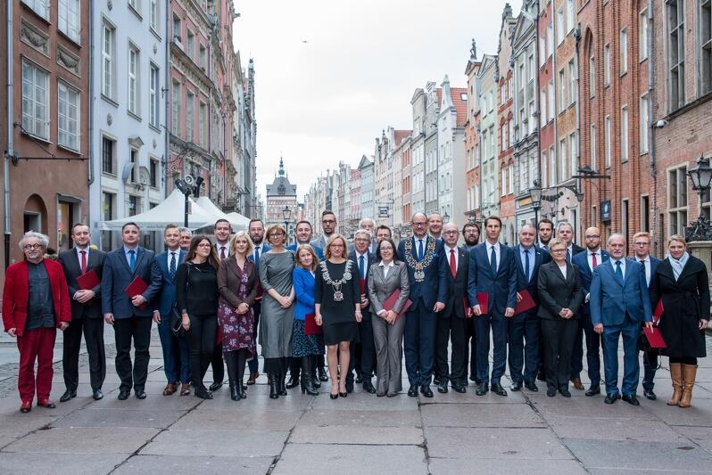 Zdjęcie, które zostało zrobione po inauguracyjnej sesji Rady Miasta Gdańska, 19 listopada 2018 r.