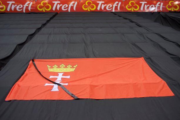 Na pustych trybunach Ergo Areny pojawiła się flaga z herbem Gdańska