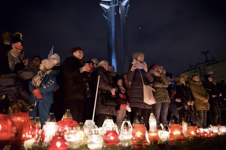 Podczas spotkania na Pl. Solidarności Pawła Adamowicza wspominali zwykli mieszkańcy miasta