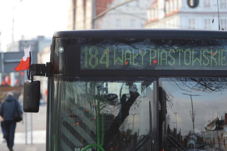 W związku z trwającą od 15 stycznia żałobą w Gdańsku tramwaje i autobusy zostały przyozdobione flagami z kirem