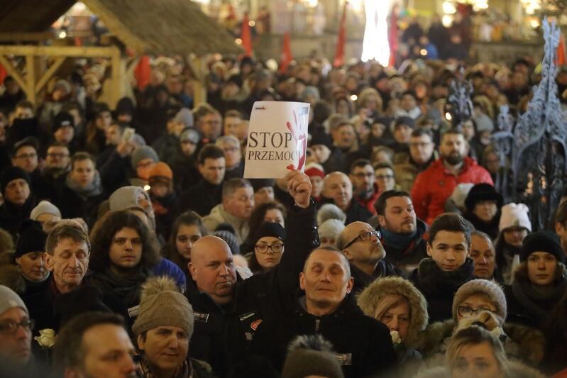 `Stop mowie nienawiści` - hasło, które towarzyszyło milczącemu pożegnaniu Pawła Adamowicza pod Dworem Artusa
