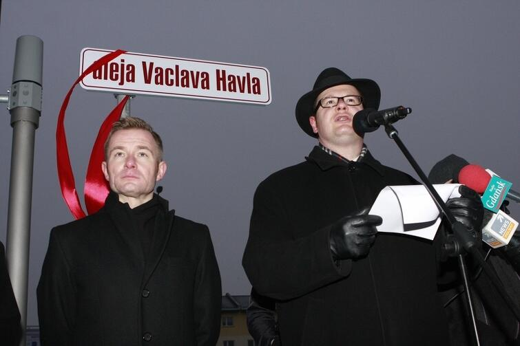 Prezydent Paweł Adamowicz podczas oficjalnego odsłonięcia tablicy alei Vaclava Havla w Gdańsku. Obok Ryszard Świlski. Grudzień 2011.