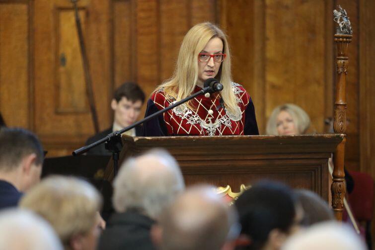 Przewodnicząca Rady Miasta Gdańska Agnieszka Owczarczak odczytuje oświadczenie radnych