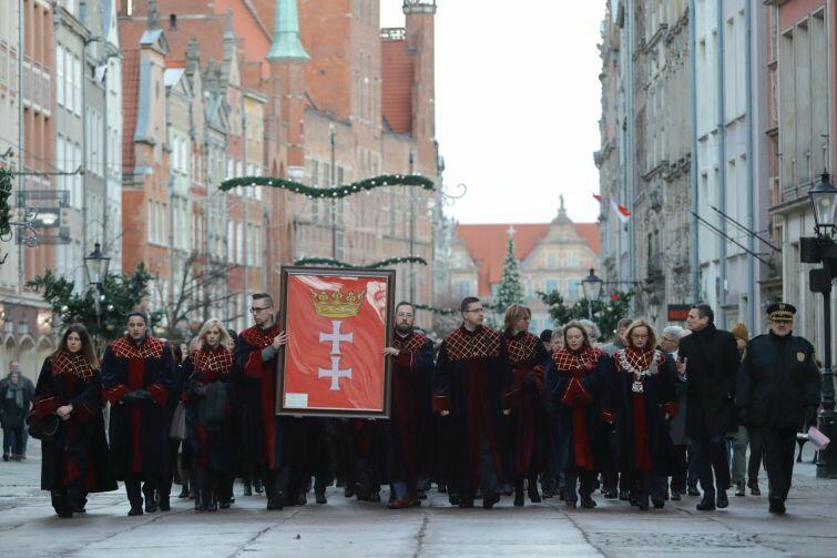 Po sesji radni zanieśli flagę Gdańska do ECS