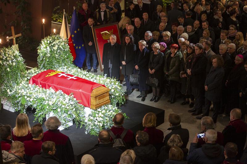 Od czwartku, 17 stycznia gdańszczanie mogą pożegnać swojego prezydenta w Europejskim Centrum Solidarności. W sobotę, 19 grudnia odbędą się uroczystości pogrzebowe