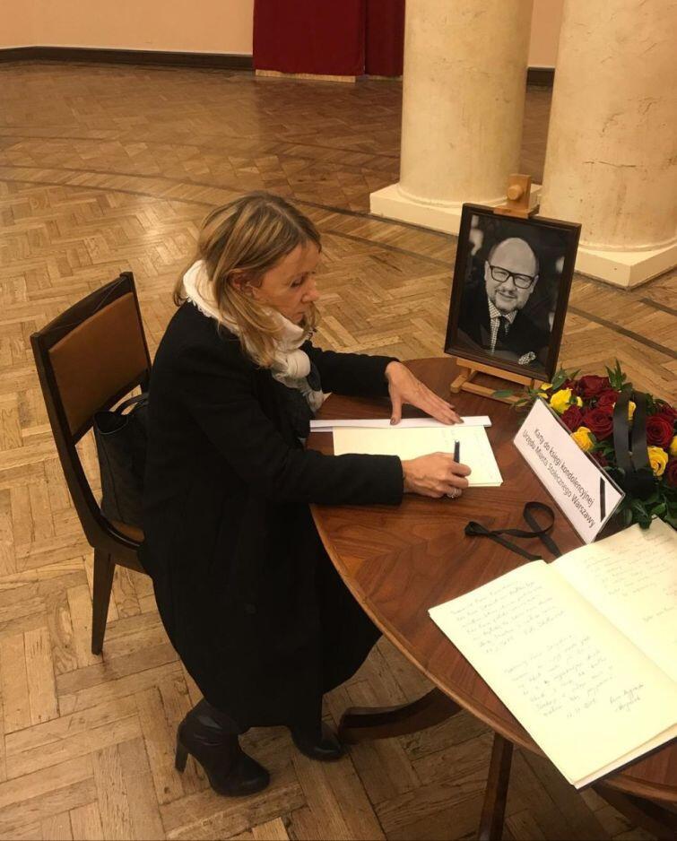 W warszawskim ratuszy wyłożono księgę kondolencyjną po tragicznej śmierci prezydenta Gdańska