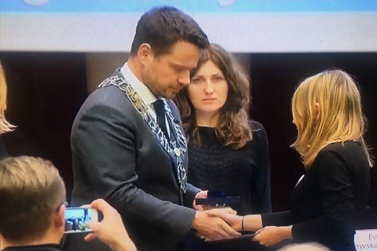 Tytuł przyznany przez Radę Miasta Warszawy odbiera z rąk prezydenta stolicy Rafała Trzaskowskiego radna Beata Dunajewska