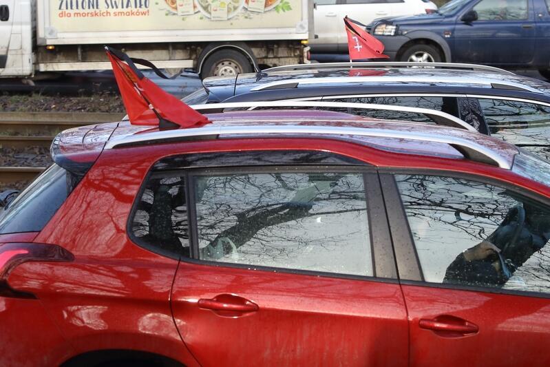 Flagi żałobne na samochodach gdańskich kierowców