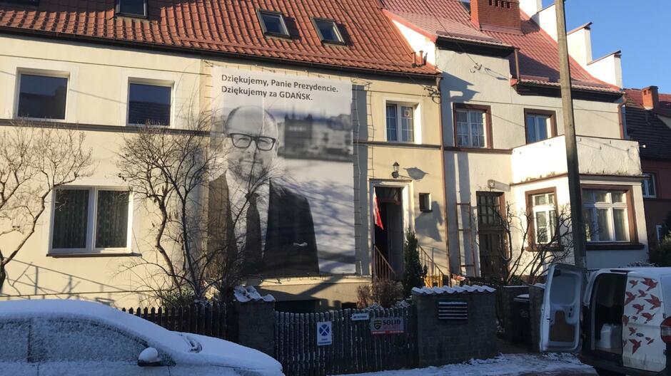 Jeden z budynków we Wrzeszczu z banerem przedstawiającym prezydenta Adamowicza
