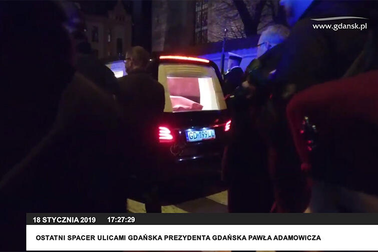 Limuzyna z trumną prezydenta Pawła Adamowicza przejeżdża ul. Stolarską